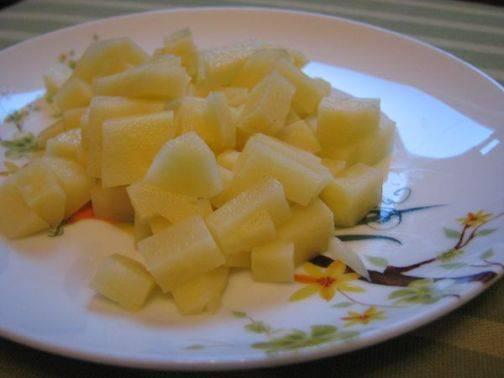 Очищенный картофель режем небольшими кубиками.