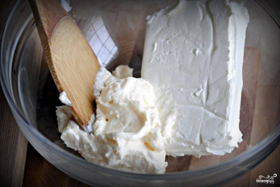 Сливочный сыр и майонез разминаем. Можно при помощи блендера, но на низкой скорости.