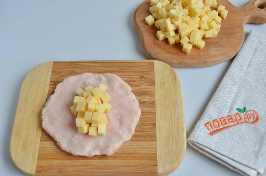 6. В центр положите часть сыра.