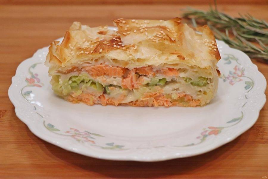 Готовый пирог слегка остудите, а затем выньте из формы. Пирог с красной рыбой и тестом фило готов, подавать его можно как в теплом, так и в холодном виде. Приятного аппетита!