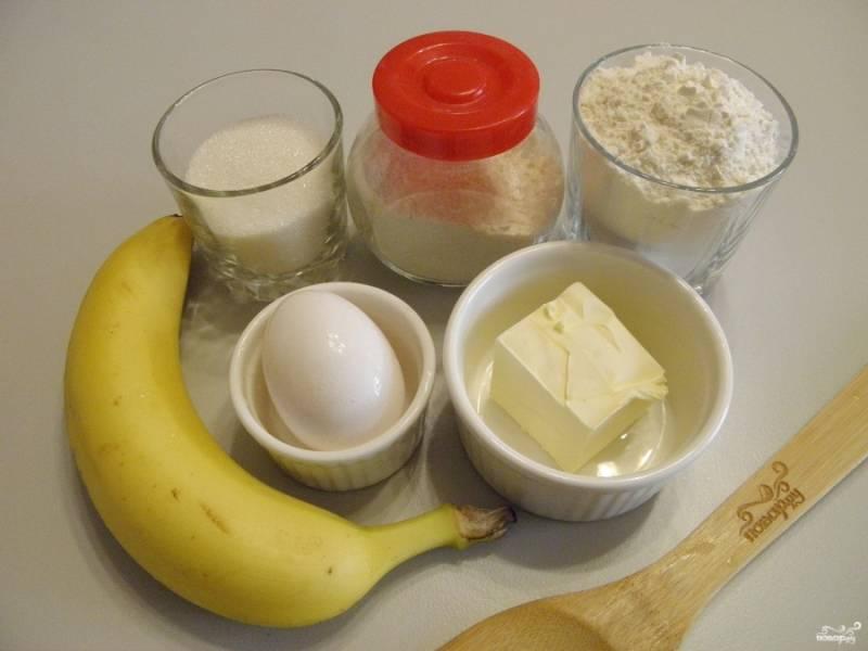 Приготовьте продукты для маффинов. Отмерьте количество сахара и муки, отрежьте кусочек масла. Если нет весов, то количество муки нужно примерно 1,5 стакана, стакан объемом 200 мл. Приступим.