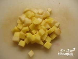 Картофель также нарежьте кубикам (сторона кубика - примерно 1.5 сантиметра).