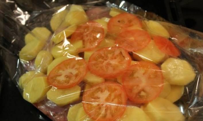 Также кладем кружочки томатов.