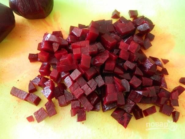 1. Свеклу необходимо заранее отварить и остудить. Затем очистим ее и нарезаем небольшими кубиками.
