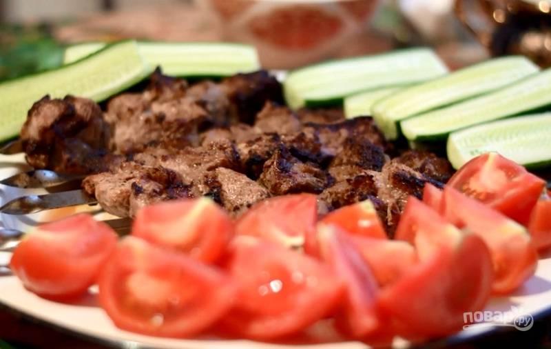 Кусочки мяса наденьте на шампура. Обжарьте шашлык на огне до готовности, постоянно переворачивая его. Приятного аппетита!