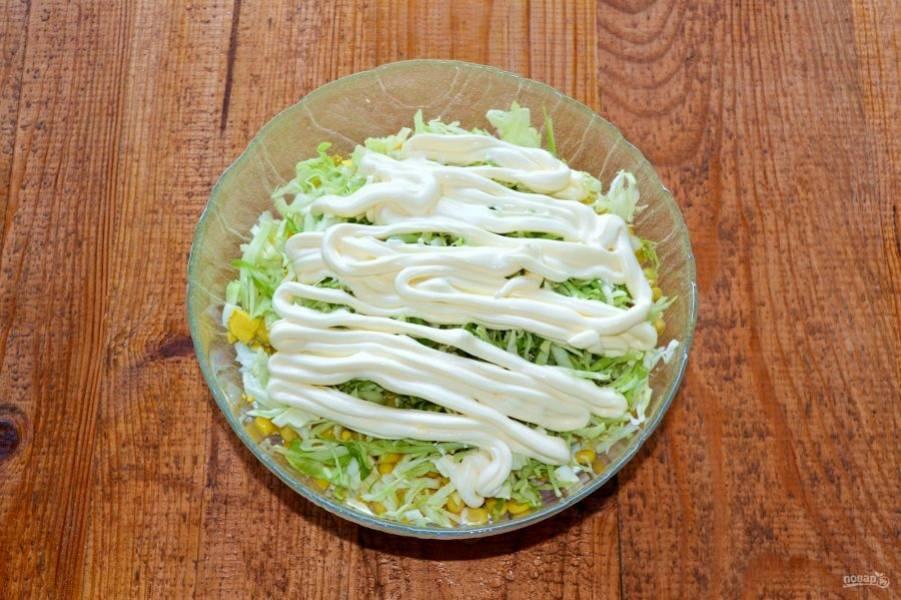 Заправьте все майонезом. Я салат не солю, но вы можете добавить немного соли по вкусу.