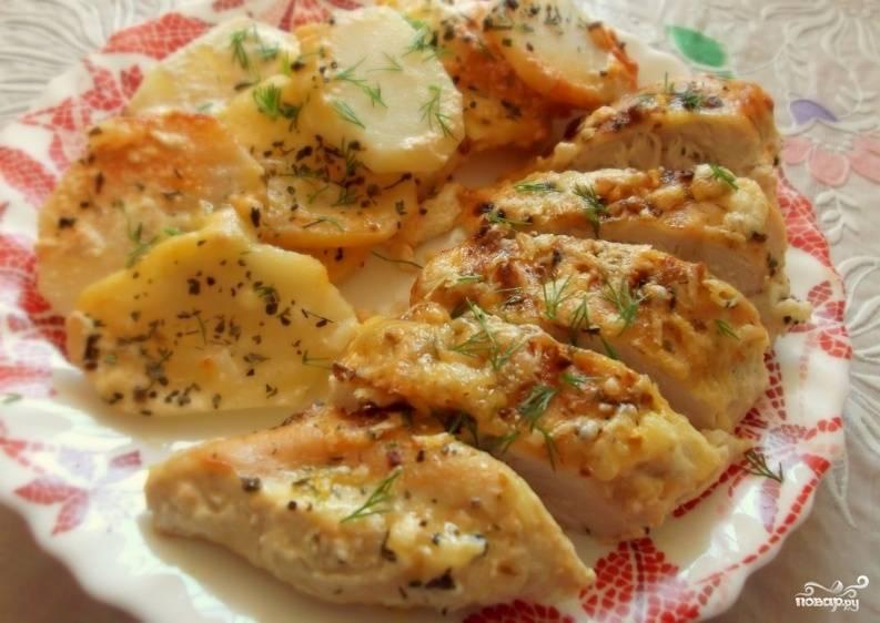 Посыпать курицу сыром, увеличить температуру до 200С и готовить до образования румяной сырной корочки.  Подавать блюдо горячим с любым гарниром. Приятного аппетита!