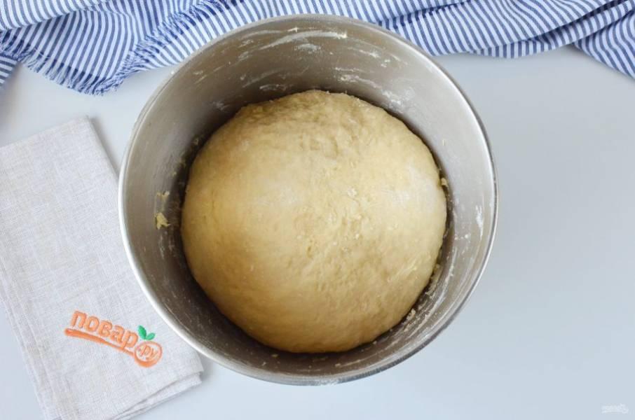 Вымешивайте тесто до гладкости. Оно должно остаться немного липким и вязким. Накройте салфеткой и уберите в теплое место на 1 час.