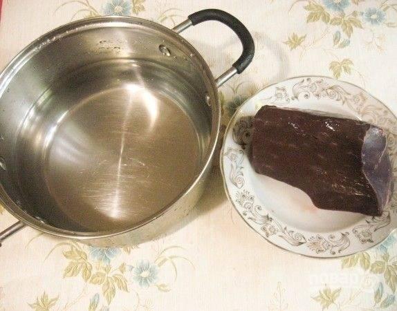 1. Вымойте и очистите от пленок печень. Отварите в подсоленной воде до готовности (около 25-30 минут).