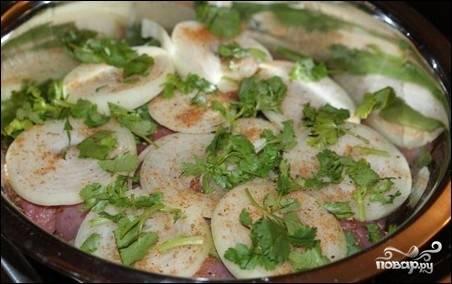 Мясо и лук сложите в кастрюлю, добавьте специи, зелень, посолите.