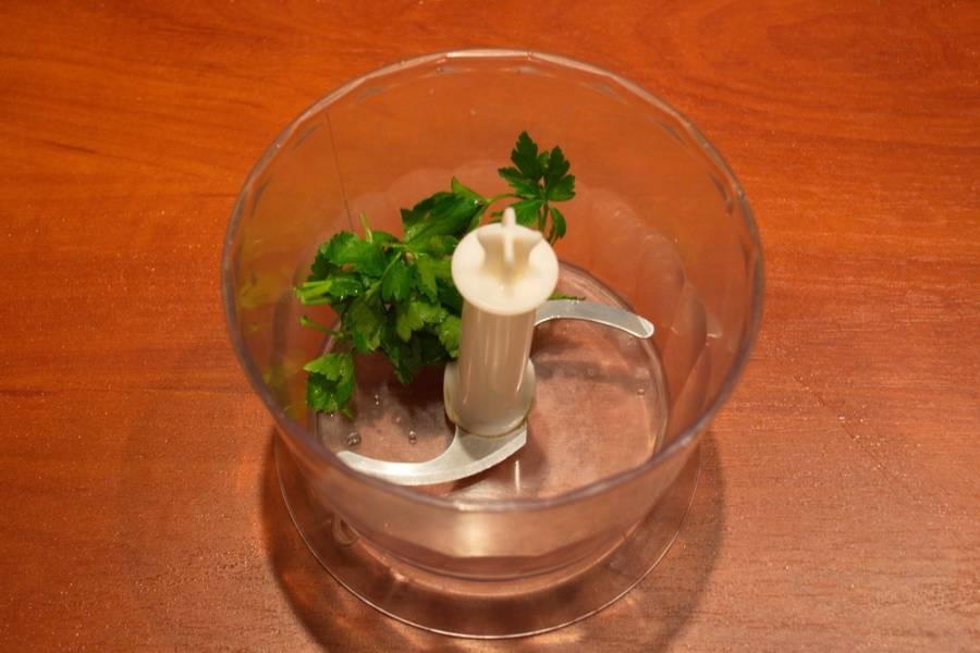 В чашу блендера поместите зелень без хвостиков.