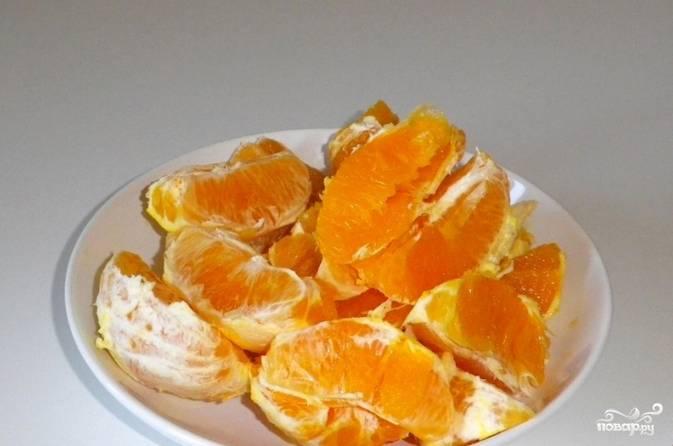 Апельсины чистим и разделяем на отдельные дольки.