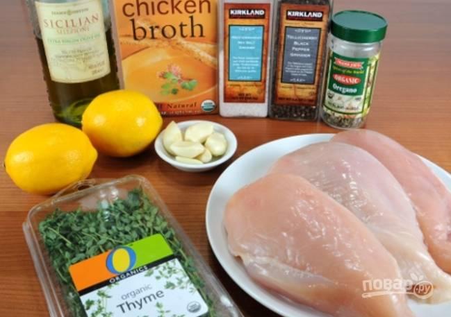Духовку разогрейте до 200 градусов. Подготовьте продукты: выжмите сок и натрите цедру одного лимона, второй нарежьте дольками, курицу промойте и обсушите.