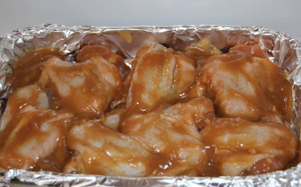 Куриные крылышки промойте, обсушите. Посолите и поперчите, полейте соусом. Поместите в холодильник на 2-3 часа или на всю ночь. Затем уложите на противень, застеленный фольгой.