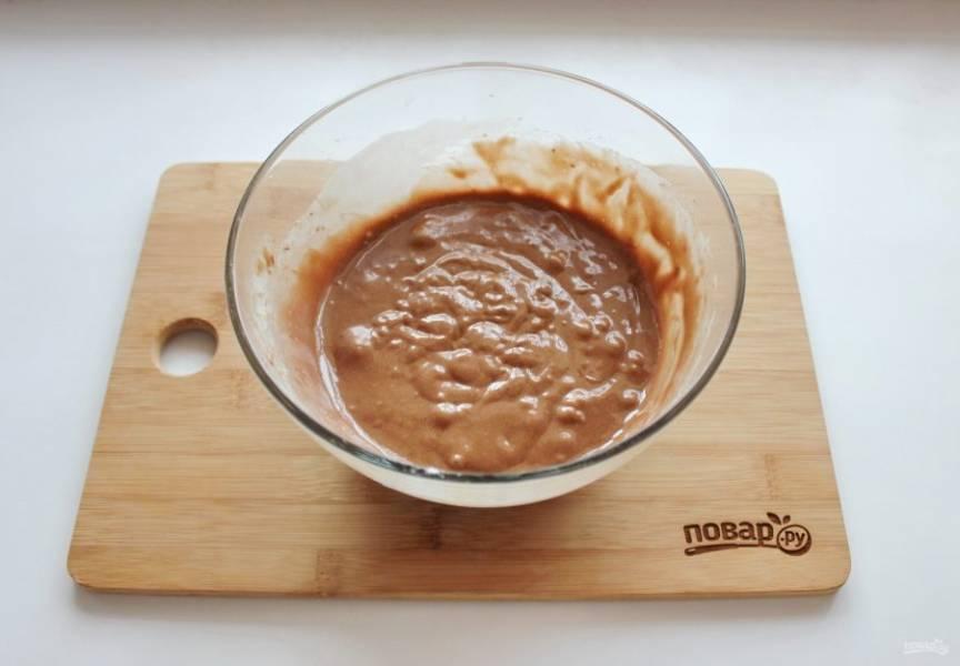 Соедините сухие ингредиенты и яйца с сахаром, молоком и маслом. Темное тесто готово.
