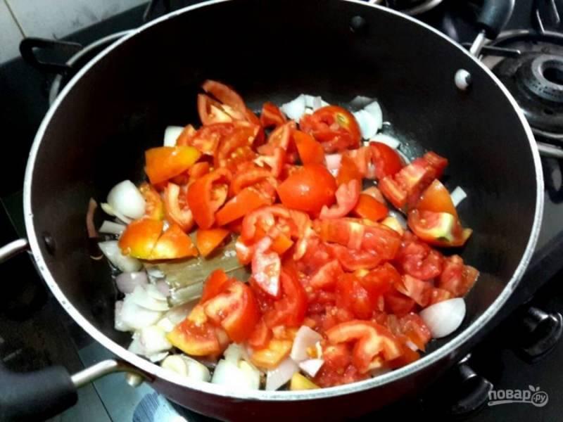 2. Добавьте измельченные помидоры к луку.
