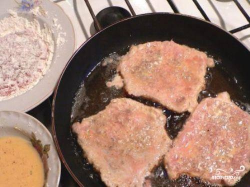 3. В миске взбить вилкой яйца и молоко. Добавить соль и приправы. Кляр готов. Разогреть подсолнечное масло  в сковороде. Обвалять отбивные в муке, затем окунуть  в яичную смесь и обжарить с обеих сторон.