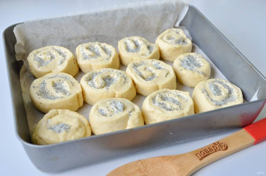 8. Противень застелите пергаментом, смажьте маслом сливочным или растительным. Положите булочки срезом вниз. Накройте салфеткой и оставьте на 35-40 минут.
