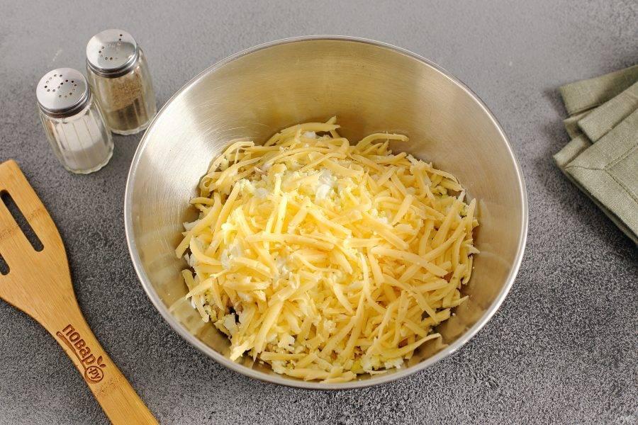 Сыр и яйца натрите на крупной терке.