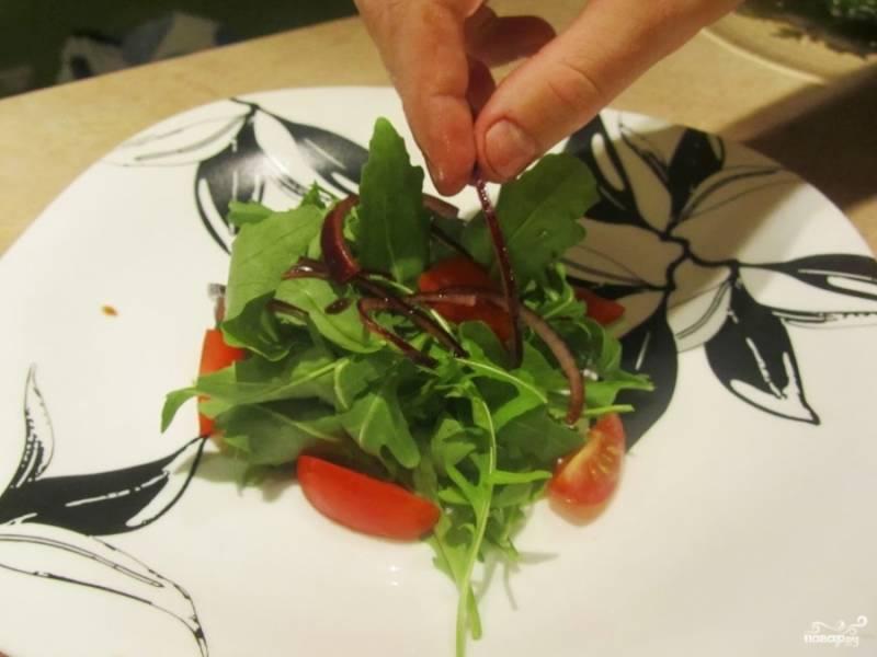 9. На тарелку для подачи выложите рукколу, помидоры и маринованный лук.