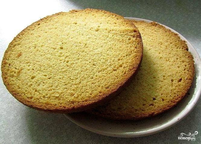 Выкладываем тесто в форму и выпекаем 25 минут в разогретой до 180С духовке.  Готовый бисквит остужаем и разрезаем вдоль на 2 части.