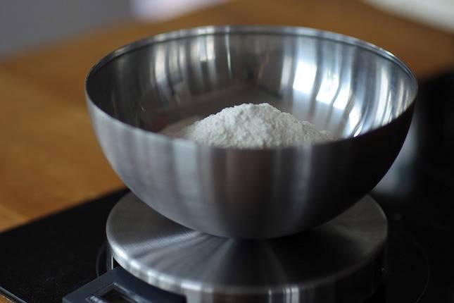В глубокой миске растираем сливочное масло с мукой в мелкую крошку.