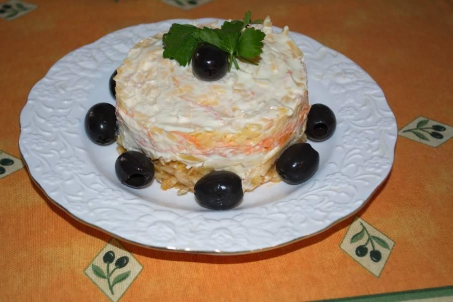 Приятного аппетита! Такой салат можно приготовить в глубоком салатнике, но тогда он не будет таким интересным на вид.