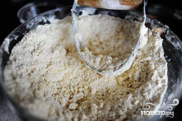 2. Просеять вместе муку, 2/3 стакана сахара, разрыхлитель и соль. Нарезать сливочное масло ножом и перемешать с мучной смесью, пока масса не будет напоминать крошки.