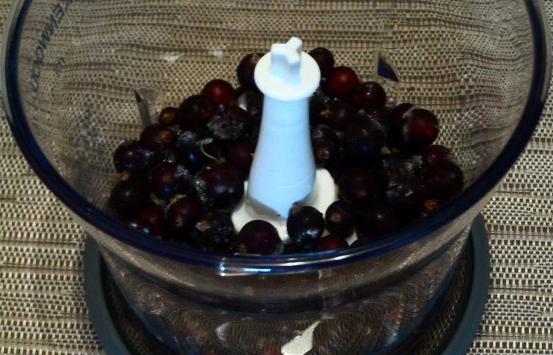1. Ягоды, фрукты и обезжиренный кефир - это основные составляющие смородинового смузи. Низкокалорийный напиток, приготовленный своими руками за 15 минут, поможет подкрепиться и охладиться жарким летом. Итак, тщательно моем черную смородину, после чего помещаем ее в блендер и измельчаем.