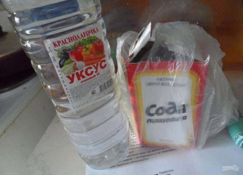 Соду погасите уксусом. Добавьте её в основную массу вместе с растительным маслом.