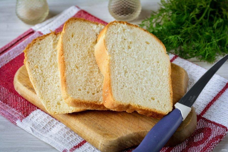 Нарежьте белый хлеб ломтиками толщиной 0,6-0,7 см.
