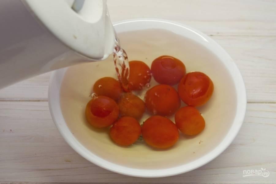 1.Первым делом очищаю помидоры от кожуры: помещаю их в миску, делаю крестообразные надрезы и заливаю кипятком, оставляю в таком виде на 1-2 минуты.