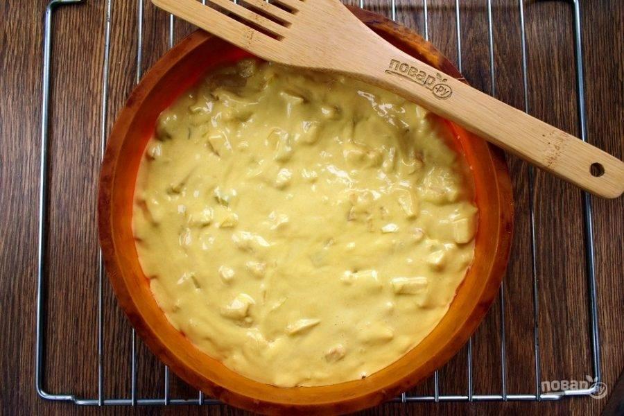 Переместите тесто в форму для запекания (d - 24 см), разровняйте и поставьте в разогретую до 180 °С духовку на 45-50 минут.