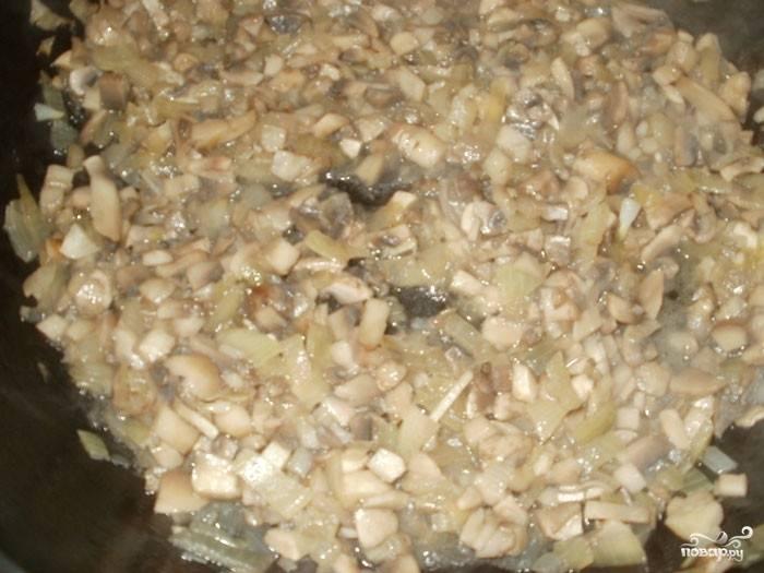 Грибы обжаривайте в растительном масле с луком минут 25. Чтобы грибы не стали сильно зажариваться, добавьте немного воды. Грибы должны тушиться.