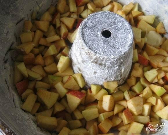 4.Смажьте форму сливочным маслом и присыпьте мукой. Выложите порезанные яблоки и залейте тестом.
