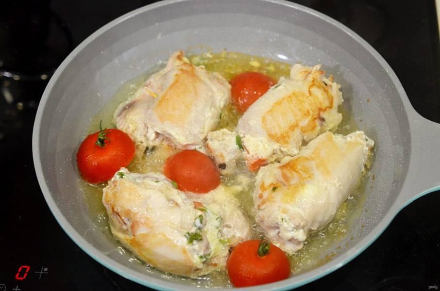 8. Добавьте в сковороду оставшийся сыр и черри. Запекайте в духовке при 180 градусах до готовности.