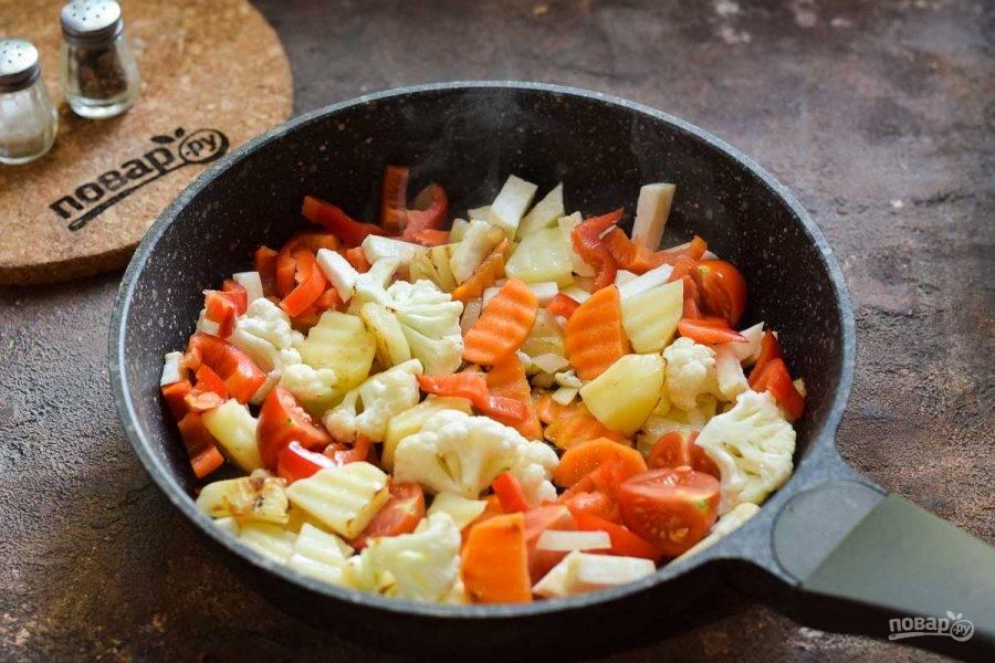 Прогрейте сковороду и слегка смажьте маслом, выложите овощи и поджарьте пару минут. После прикройте сковороду крышкой и убавьте огонь. Тушите рагу 30 минут, при необходимости подлейте немного воды. В конце приготовления добавьте соль и перец по вкусу.