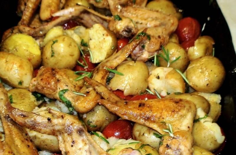 Чтобы курица с картошкой пропитались, особенно картошка, выкладываем все в противень. Заливаем соусом и в разогретую духовку ненадолго - минут на 15-20.