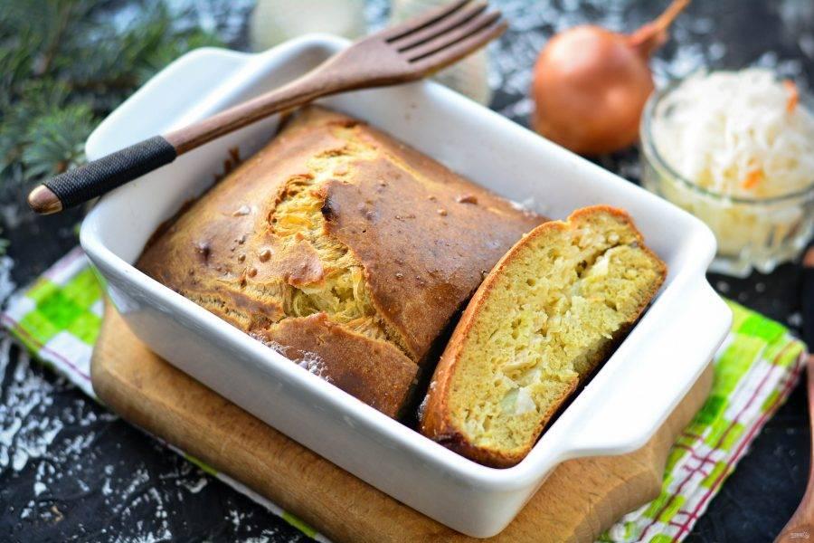 Немного остывший пирог разрежьте на кусочки и подавайте к столу. Приятного вам аппетита!