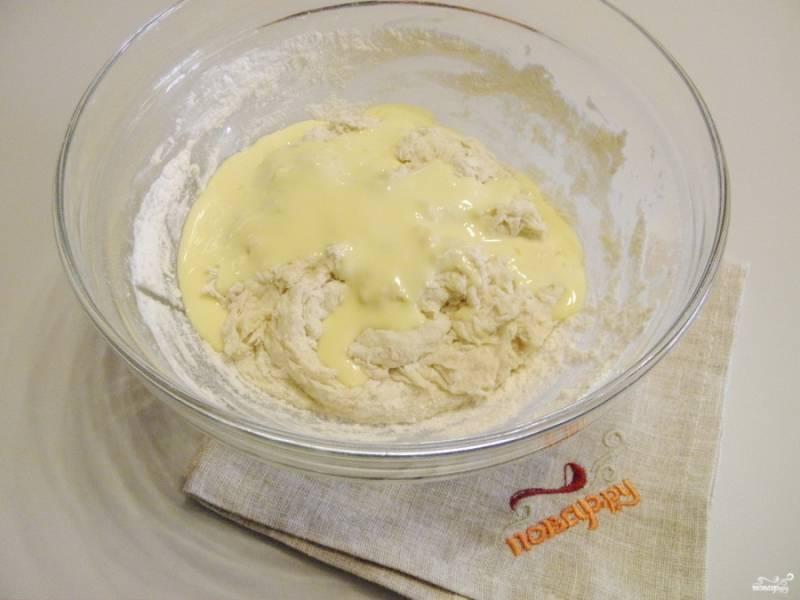 На водяной или паровой бане растопите сливочное масло. Добавьте его в тесто. Все перемешивайте в течение 5 минут.