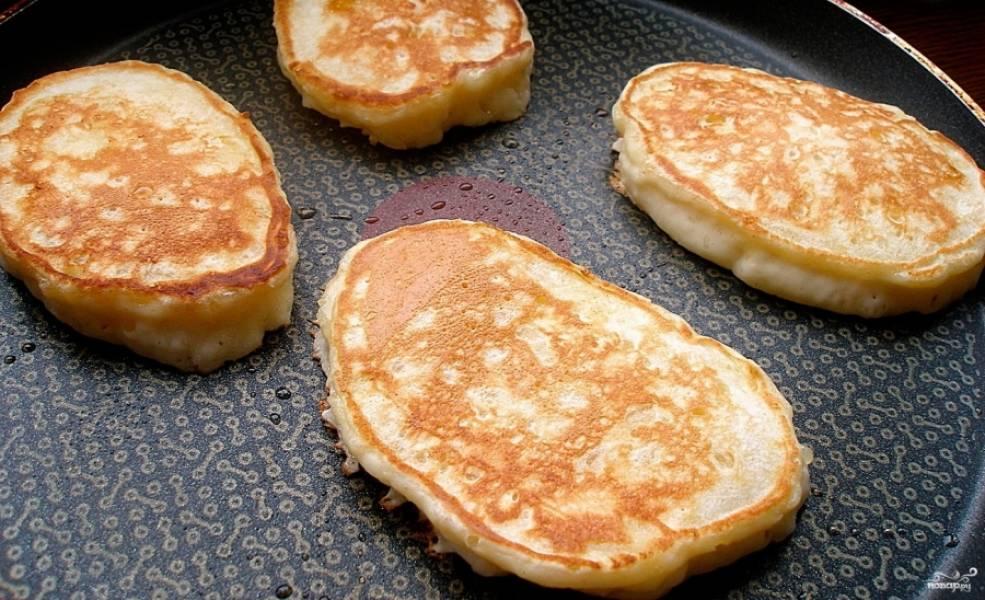 3.В сковороду наливаем немного подсолнечного масла без запаха. На раскаленную поверхность ложкой выкладываем небольшие оладушки и обжариваем с двух сторон до появления румяной корочки. Оладушки готовы, приятного аппетита!