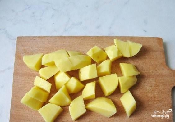 2.Почистите, помойте и порежьте  картофель.