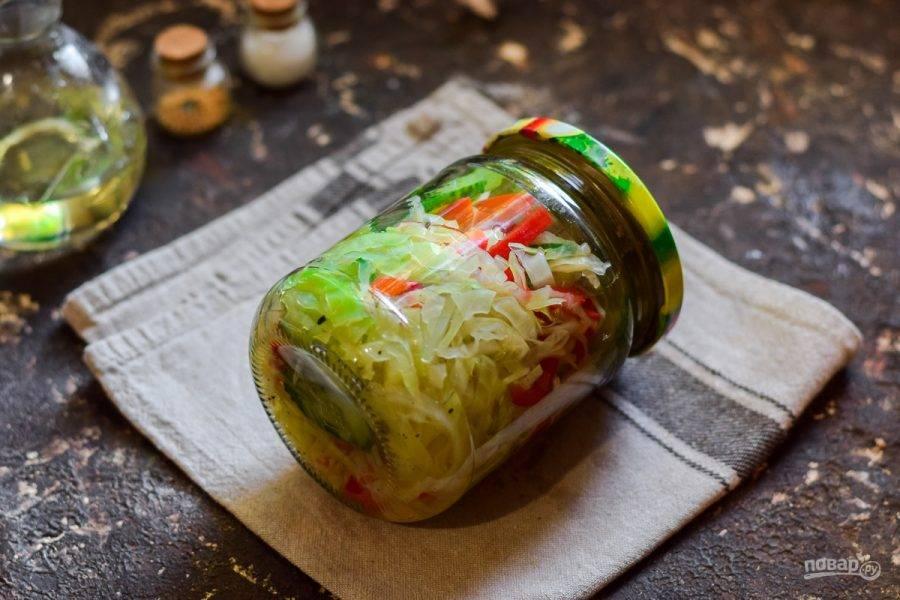 Переложите салат в стерильные банки, закатайте сразу и поставьте дном вверх, укройте одеялом и оставьте на сутки. Спустя сутки уберите заготовку в погреб.