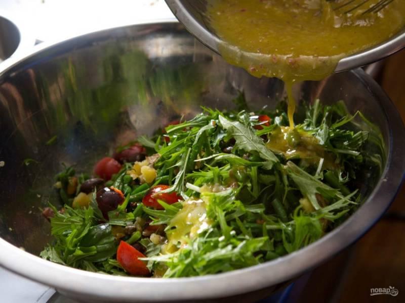 7.Заправляю салат соусом, перемешиваю его аккуратно. По вкусу солю и перчу.