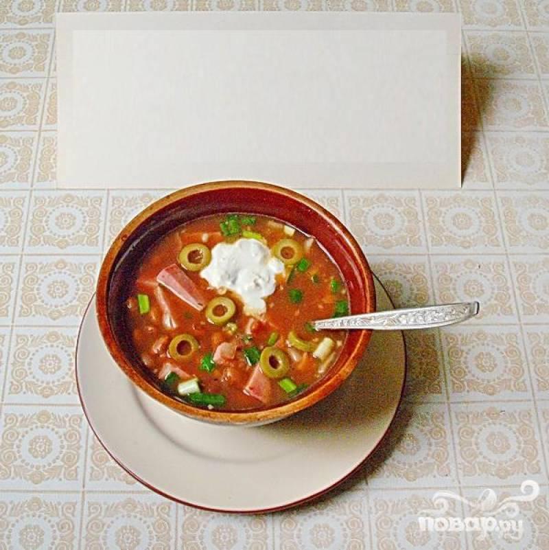 6.Готовую похлебку наливаем в глубокую тарелку или в глиняную миску, добавляем ложечку сметаны и порезанных зеленых оливок.