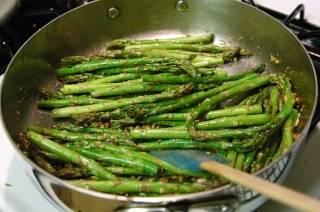 Добавить спаржу и готовить примерно 8 минут, аккуратно помешивая.