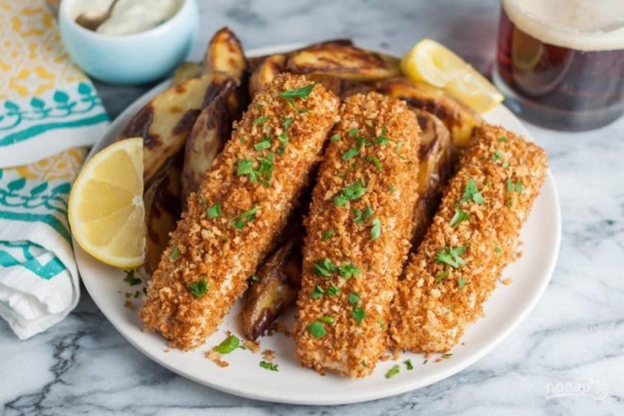6.Выложите рыбку на противень с фольгой и отправьте в духовку за 15-20 минут до окончания готовности рыбы. Переложите рыбу и картофель в одну тарелку и сразу подавайте к столу, украсив зеленью.