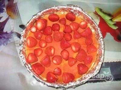 4. Сверху второй корж, который тоже можно пропитать. Выложите на него ягоды, можно целиком или нарезав предварительно.