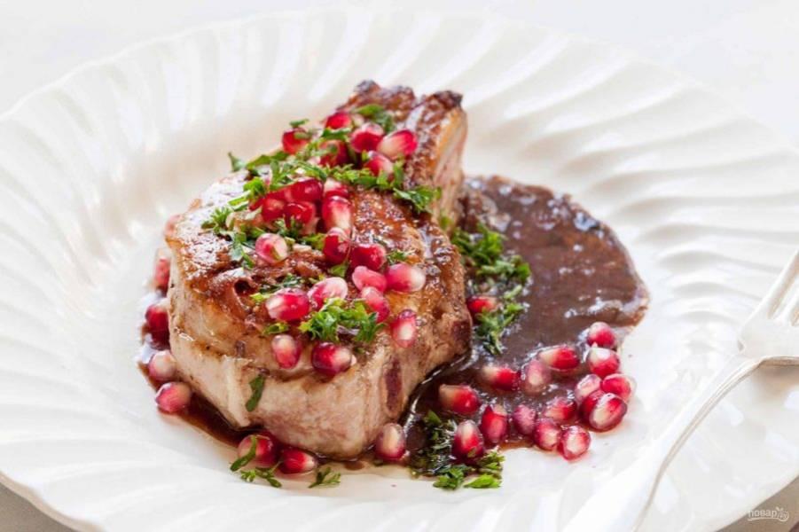 3.Выложите отбивную на тарелку, полейте приготовленным соусом и украсьте зернами граната, рубленой петрушкой. Подавайте блюдо сразу же.