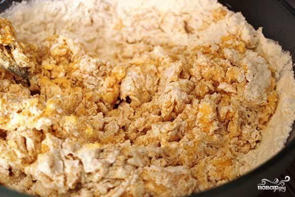 Масло достаем за полчасика до готовки из холода. Нарезаем его на кусочки и соединяем с сахаром и яйцами. Перетираем, всыпаем в ту же мисочку муку и разрыхлитель.